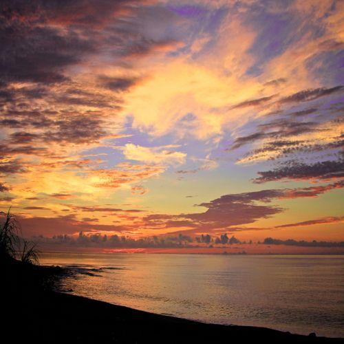cuadro paisaje relajante mar y nubes al atardecer